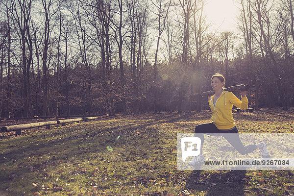 Deutschland  Hessen  Lampertheim  Sportlerin mit Zweigstelle im Wald