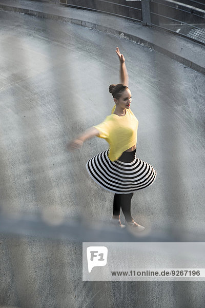 Junge Balletttänzerin beim Training auf der Parkebene