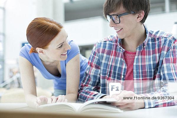 Zwei Studenten lernen in einer Universitätsbibliothek