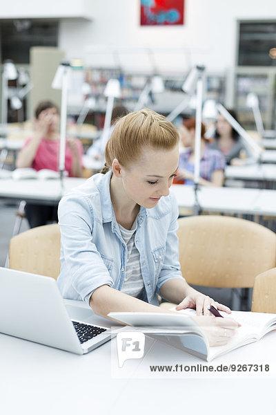 Studentisches Lernen in einer Universitätsbibliothek