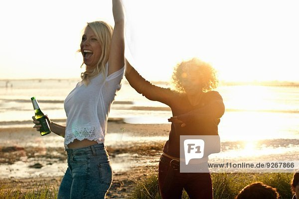 Mutter und Tochter feiern am Bournemouth Beach  Dorset  UK