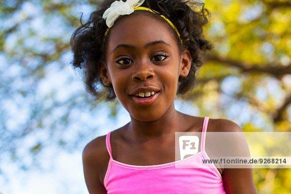 Porträt eines Mädchens mit Blumenhaarband