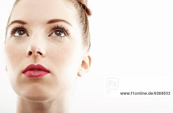 Nahaufnahme Studio-Porträt der schönen jungen Frau