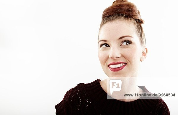 Studio-Porträt der lächelnden schönen jungen Frau