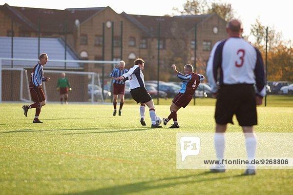 Fußballspieler kämpfen um den Ball