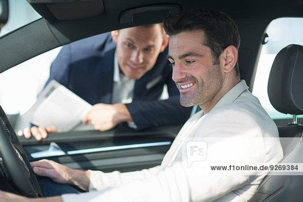 Kunde testet Neuwagen im Autohaus
