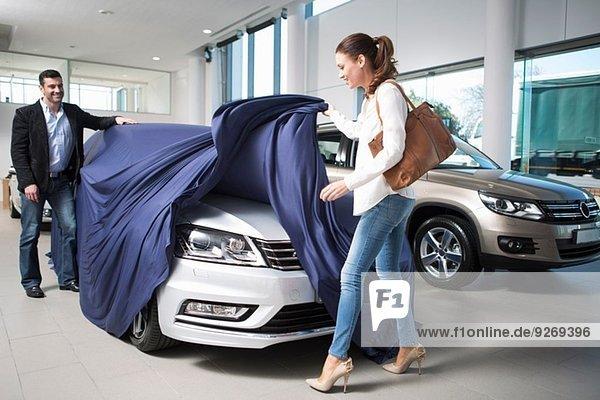 Frau entdeckt neues Auto mit Freund im Autohaus