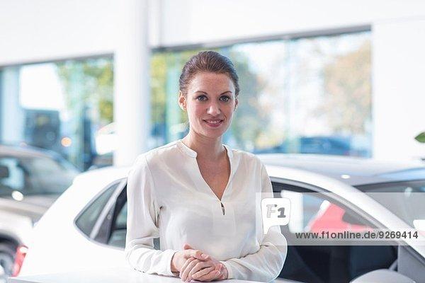 Porträt einer lächelnden Verkäuferin im Autohaus