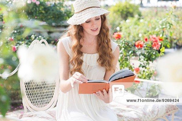 Junge Frau beim Betrachten eines Buches