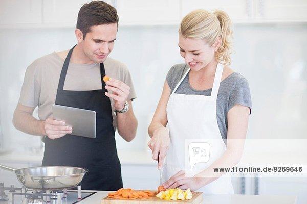 Zerkleinerung und Verkostung von geschnittenem Gemüse in der Küche