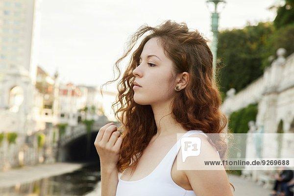 Profil Porträt einer mürrischen jungen Frau in der Stadt