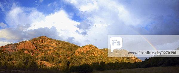 Berg über Regenbogen