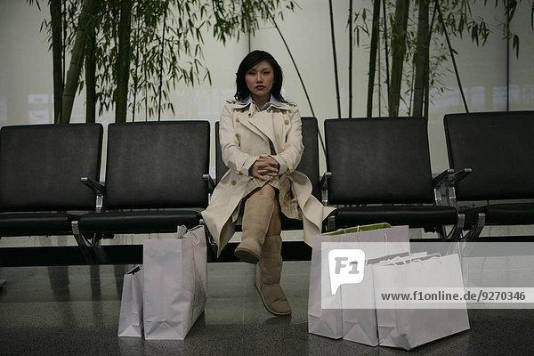 sitzend Frau Tasche kaufen