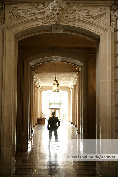 Korridor Korridore Flur Flure stehend Mann Ansicht