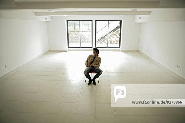 Erhöhte Ansicht Aufsicht sitzend Mann Zimmer innerhalb jung 1