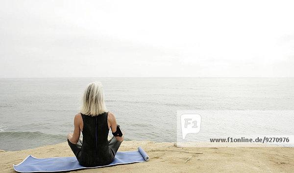 Wasserrand Frau Meditation Ansicht