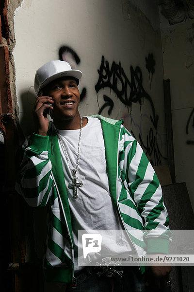 Handy stehend benutzen Mann jung
