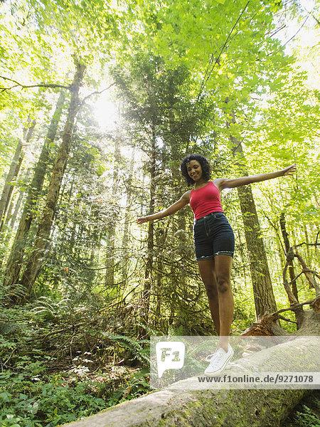 junge Frau junge Frauen gehen Wald
