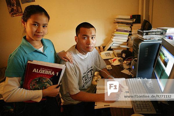 Portrait Jugendlicher Computer Buch