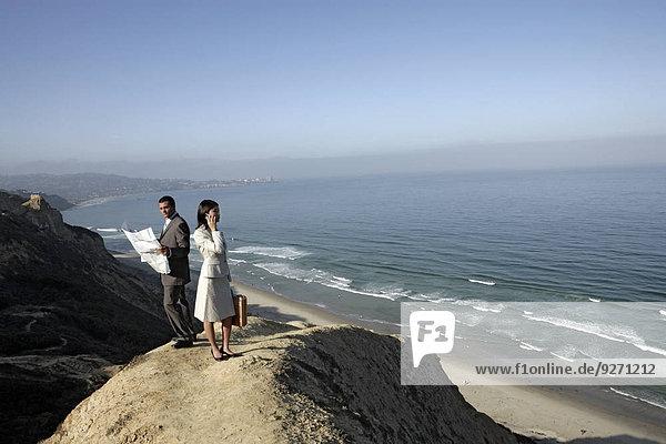 stehend Frau Mann Steilküste Ansicht