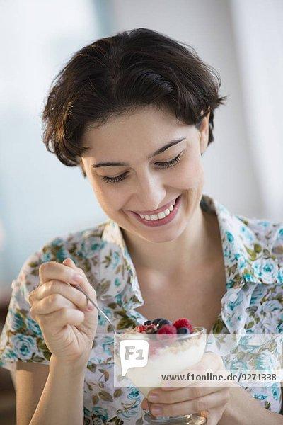 Frau Frucht Joghurt essen essend isst