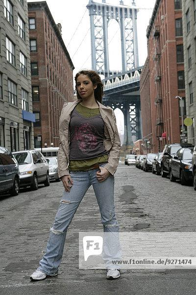stehend junge Frau junge Frauen Fernverkehrsstraße Ansicht