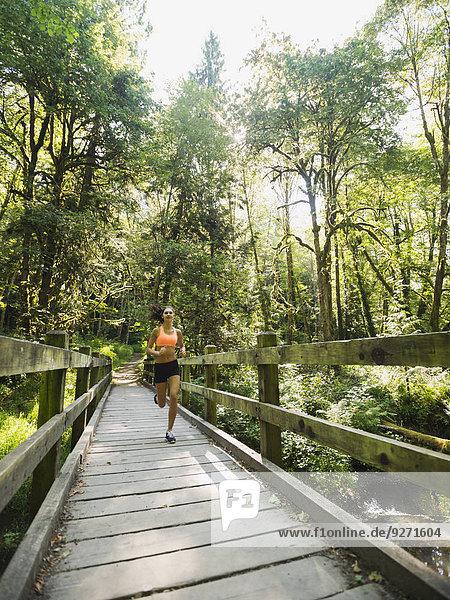 Fußgängerbrücke junge Frau junge Frauen joggen