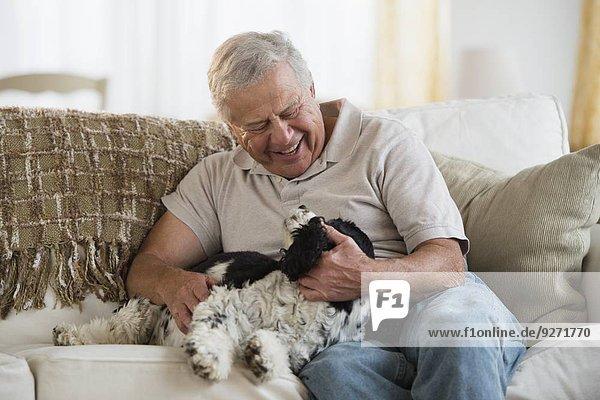 Senior Senioren Mann Hund spielen