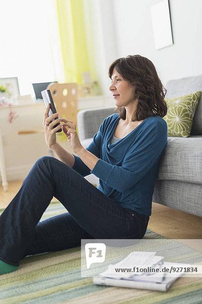 Interior zu Hause benutzen Frau Computer Tablet PC