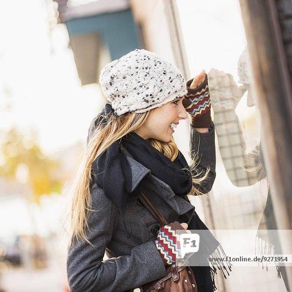 zeigen Portrait blond Frau sehen Fenster
