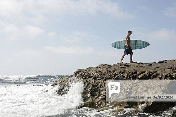 Felsbrocken Mann gehen Surfboard Ansicht