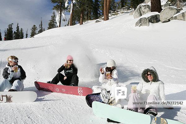 sitzend Frau Mann 4 Ski Zusammenstoß Hang