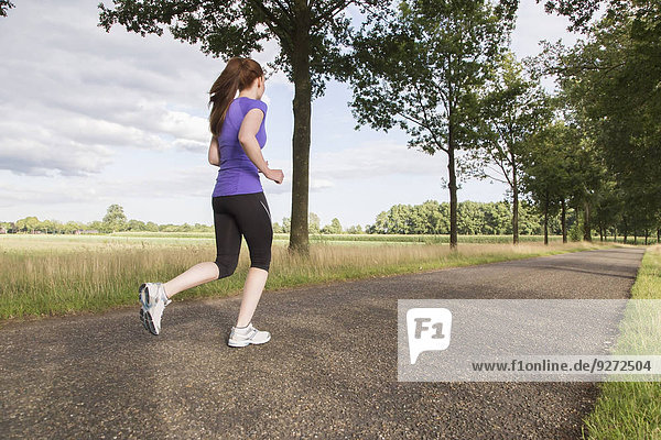 Frau Fernverkehrsstraße joggen