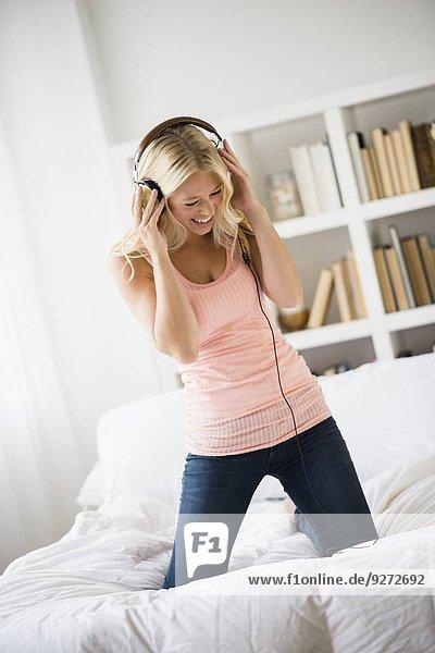 junge Frau junge Frauen zuhören Schlafzimmer Musik Klassisches Konzert Klassik