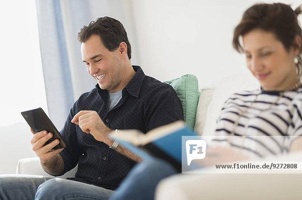 sitzend benutzen Mann Couch Tablet PC