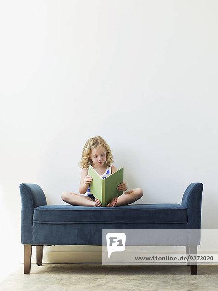 sitzend Buch Sitzbank Bank 5-6 Jahre 5 bis 6 Jahre Mädchen Taschenbuch vorlesen