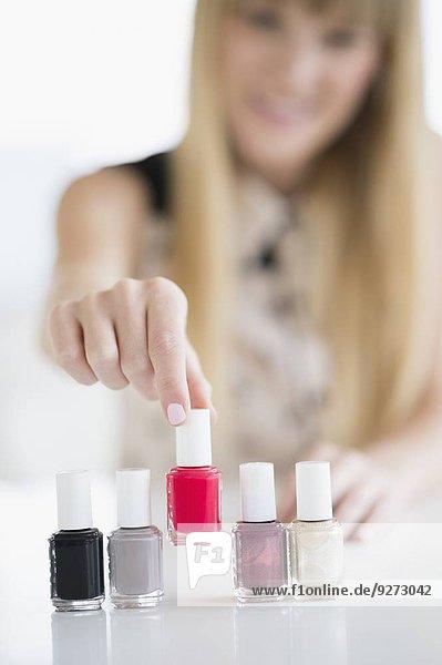 Frau auswählen polieren Nagel polnisch