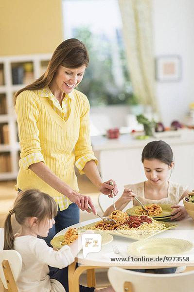 4 5 Pasta Nudel Tochter essen essend isst Mutter - Mensch 8 9