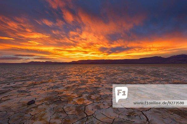 Sonnenuntergang über dramatisch Wüste