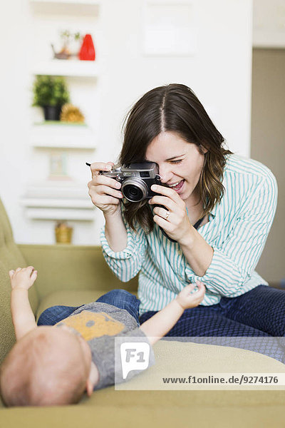 sitzend Couch Junge - Person fotografieren Mutter - Mensch Baby