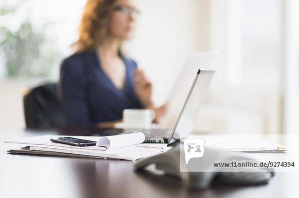 Geschäftsfrau Schreibtisch Unscharf Büro