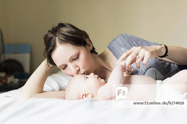 Junge - Person küssen Mutter - Mensch Baby