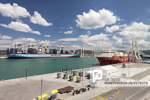 Frachtschiffe im Hafen  Koper  Adriaküste  Primorska  Istrien  Slowenien