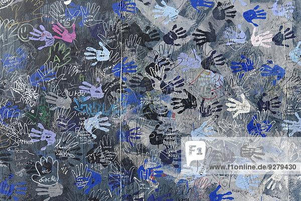 Wandgemälde,  Hände,  East Side Gallery,  Mauergalerie,  Berlin,  Deutschland