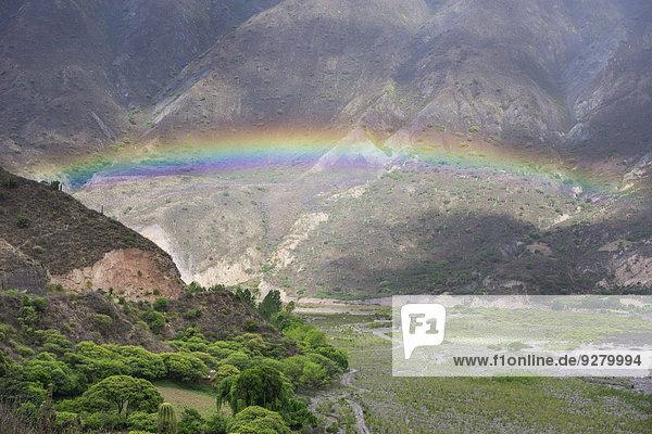 Regenbogen über dem Tal Quebrada de Escoipe  Provinz Salta  Argentinien