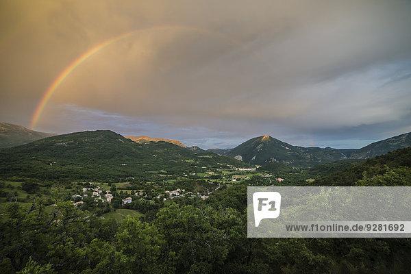 Regenbogen über dem Tal von Castellane  Provence  Alpes-de-Haute-Provence  Provence-Alpes-Côte d?Azur  Frankreich