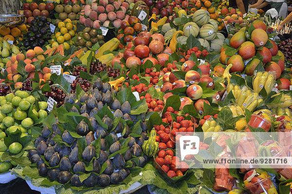 Obst an einem Stand in der Markthalle des Mercat de la Boquería  auch Mercat de Sant Josep  Barcelona  Katalonien  Spanien