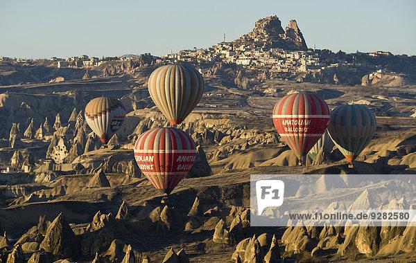 Heißluftballons vor der Burg von Uçhisar  Erosionslandschaft  Kappadokien  Türkei