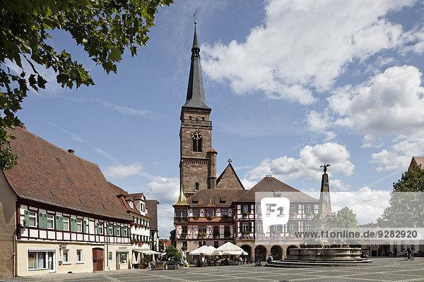 Königsplatz  Rathaus  evangelisch-lutherische Stadtkirche St. Johannis und St. Martin  erbaut 1469 - 1495  Schöner Brunnen  Schwabach  Mittelfranken  Bayern  Deutschland