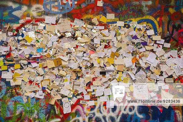 Graffiti  Zettel mit Wünschen und Bitten  John-Lennon-Mauer  Großprior-Platz  Prag  Tschechien